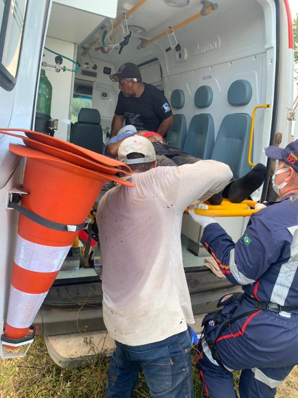 Os dois idosos estavam presos às ferragens, foram retirados pelos bombeiros e tiveram queimaduras causadas pela exposição ao combustível da aeronave — Foto: Divulgação