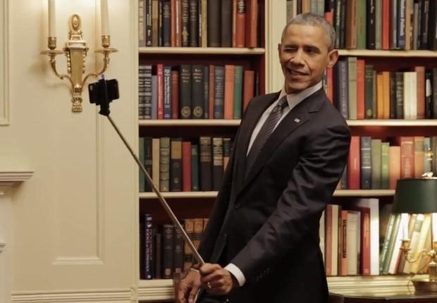 O presidente americano Barack Obama usa um pau de selfie para fazer um retrato na Casa Branca, em Washington (Foto: Reprodução/Facebook)