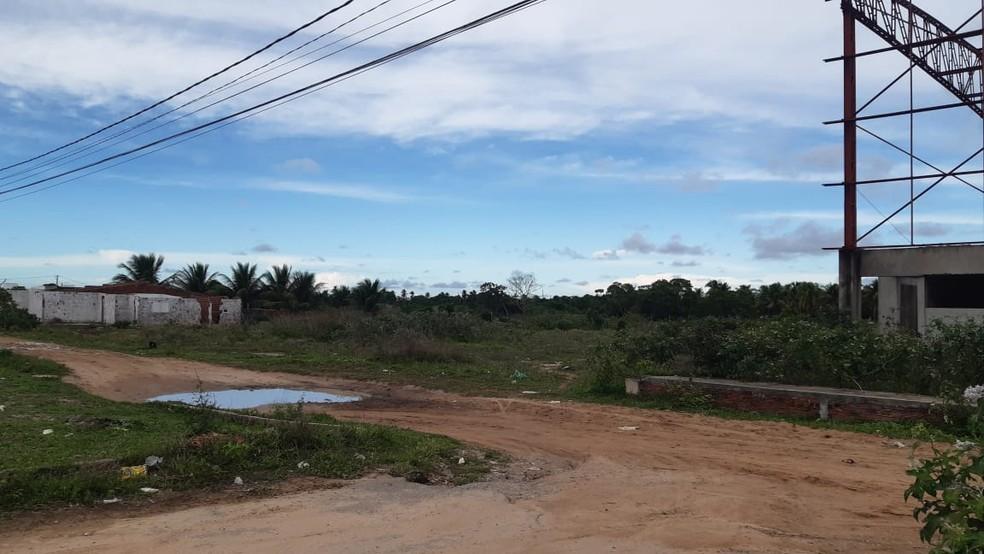 Local onde o confronto entre policiais e assaltantes aconteceu, em Parnamirim. Um fugiu pelo matagal. — Foto: Sérgio Henrique Santos/Inter TV Cabugi