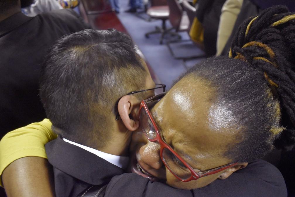 Ativistas pelos direitos LGBT comemoram decisão da Suprema Corte em Gaborone, Botsuana, no dia 11 de junho — Foto: Associated Press