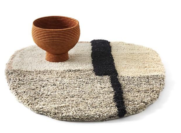 Os móveis da linha La Che,  entre eles, mesas lateriais e cestas, são produzidos pela marca Ames com base na técnica andina da tribo de mesmo nome (Foto: Studio Sebastian Herkner/Divulgação)