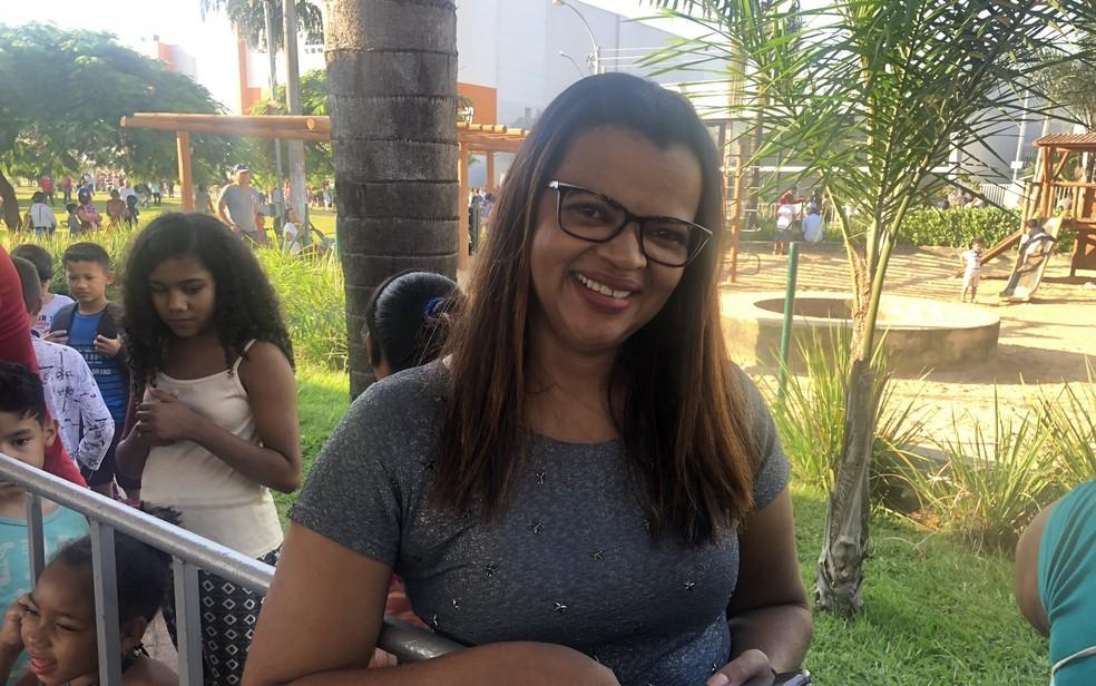 A servidora pública Teresinha Borges Tavares que madrugou para participar do aniversário de Aparecida de Goiânia — Foto: Paula Resende/G1