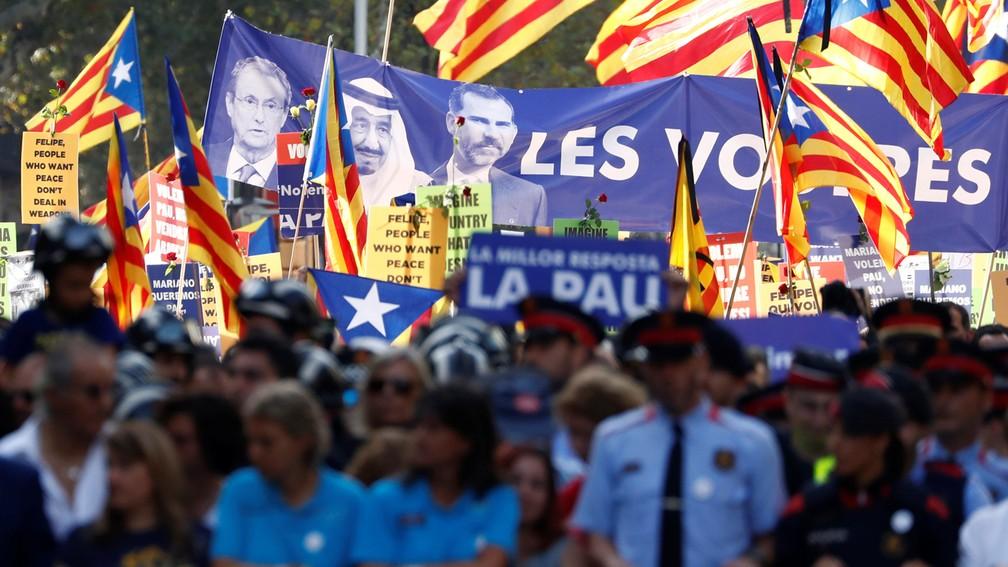 Manifestação em Barcelona contra o terrorismo reuniu lojistas, moradores e autoridades (Foto: Albert Gea/Reuters)