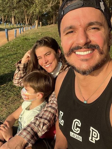 Priscilla Fantin com o filho, Romeo, e o marido, Bruno Lopes (Foto: Reprodução)