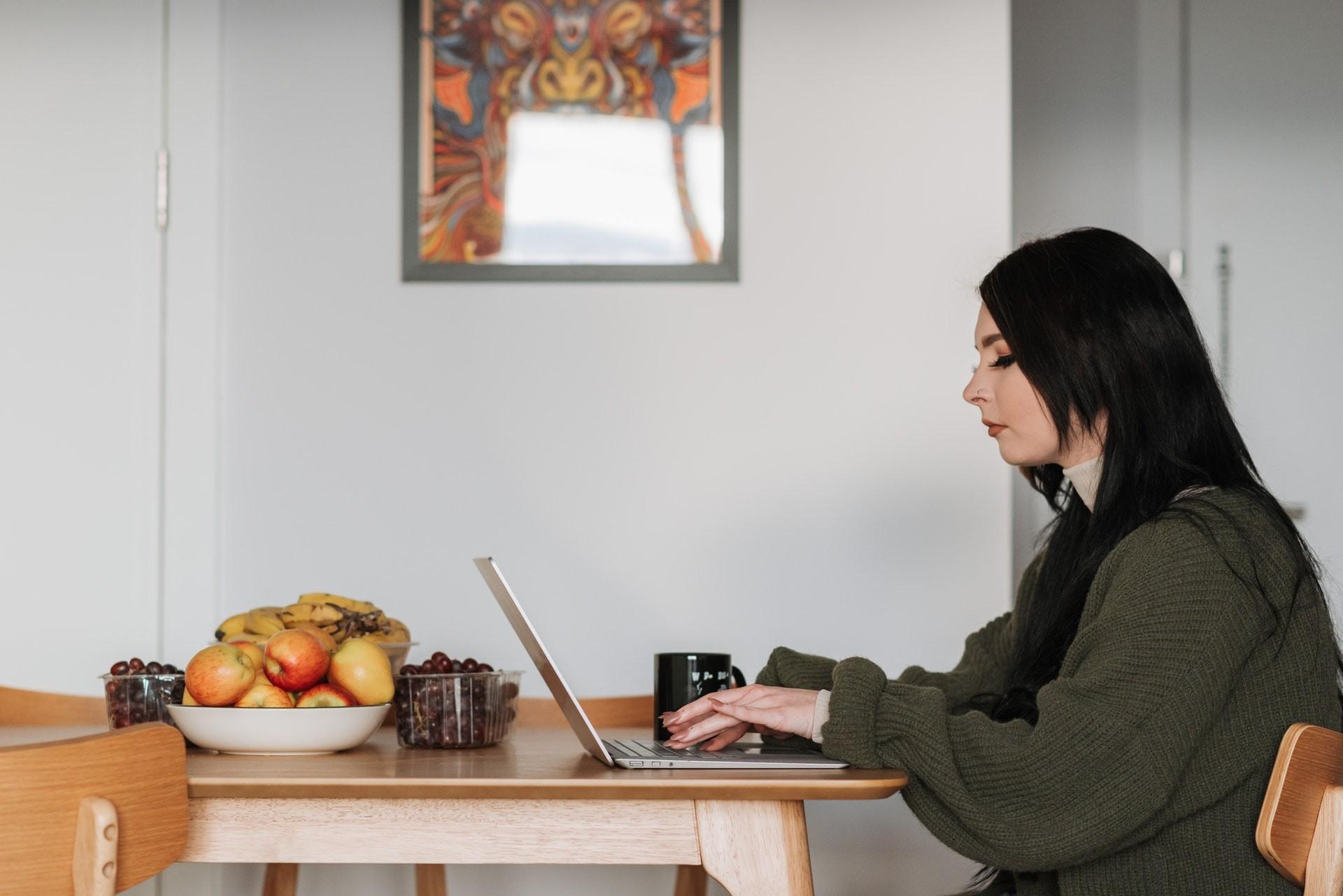 Menos de 20% dos profissionais têm auxílio da empresa para pagar luz, internet e telefone no home office, diz pesquisa