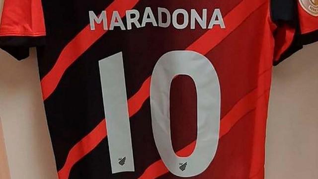 Lucho González fez homenagem a Maradona