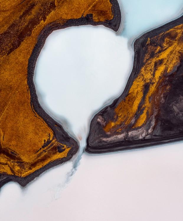 Sedimentos foram criados pelo derretimento das geleiras. Os icebergs se desprendem das montanhas e viajam até esses buracos, onde ficam presos (Foto: Tom Hegen/ Reprodução)