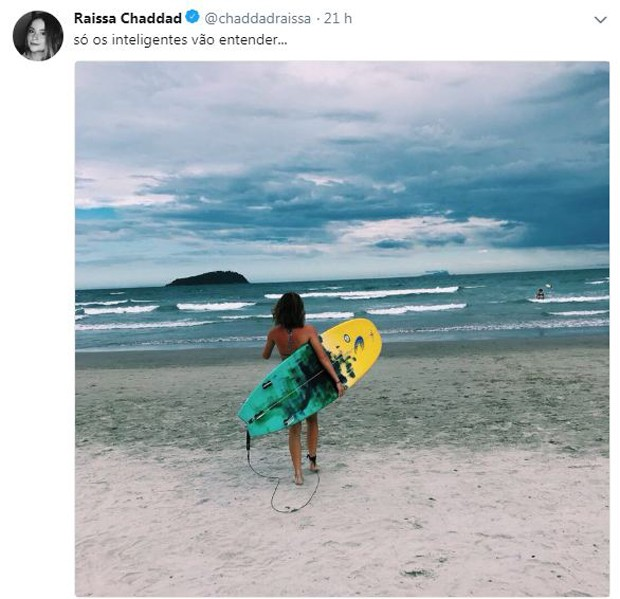 Raissa Chaddad também surfa (Foto: Reprodução/Twitter)