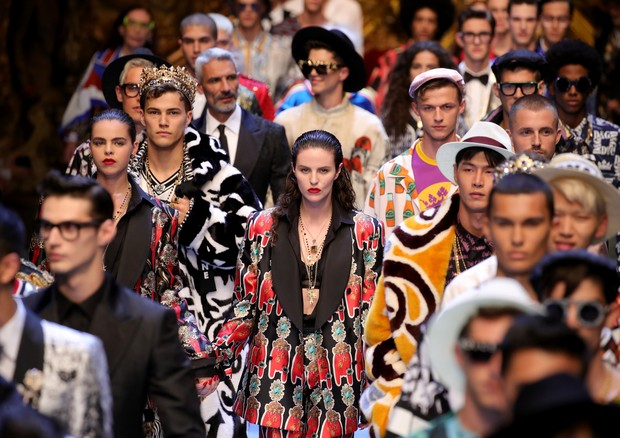 O final do desfile masculino de verão 2019 da Dolce & Gabbana (Foto: Getty Images)