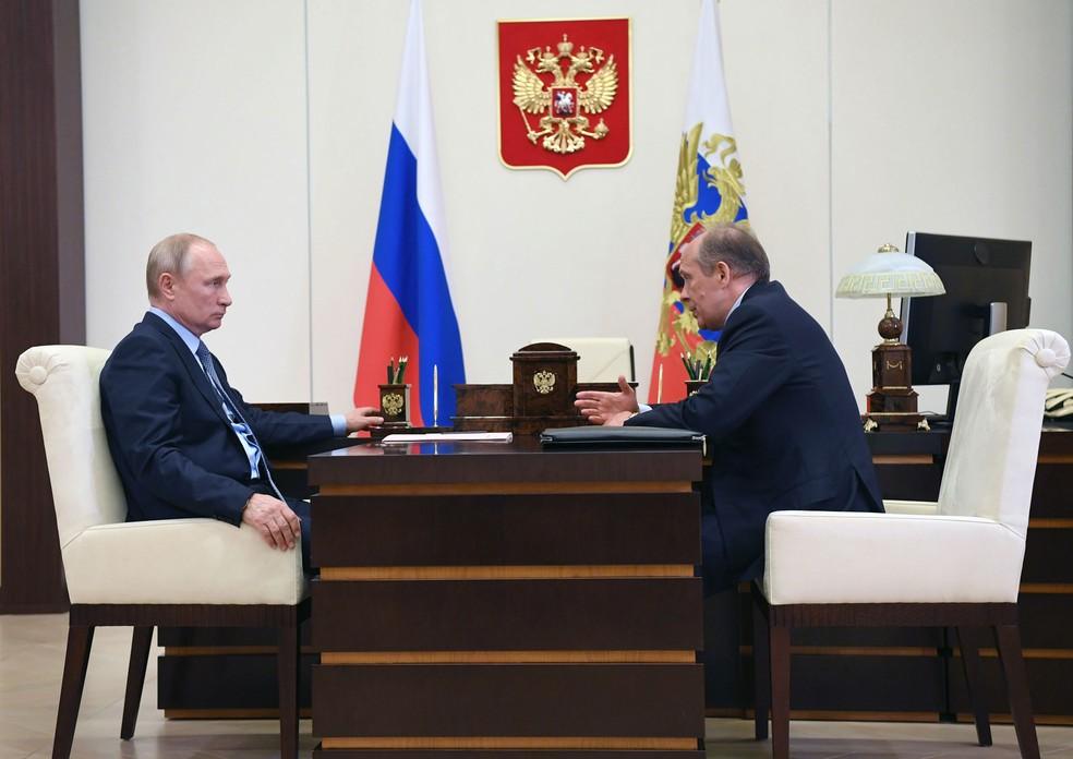 Presidente russo, Vladimir Putin, se encontra com Alexander Bortnikov, chefe da agência de inteligência russa FSB  — Foto: Alexey Nikolsky / Sputnik / AFP