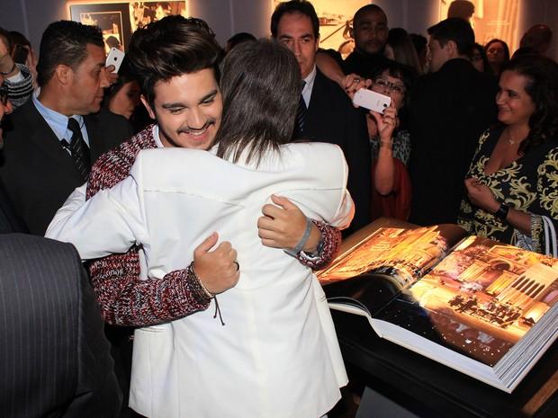 Luan Santana com Roberto Carlos no lançamento de seu livro (Foto: Celso Tavares / EGO)