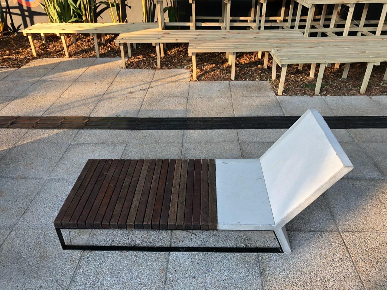 Os móveis de concreto e madeira da linha Pau e Pedra (Foto: Divulgação)