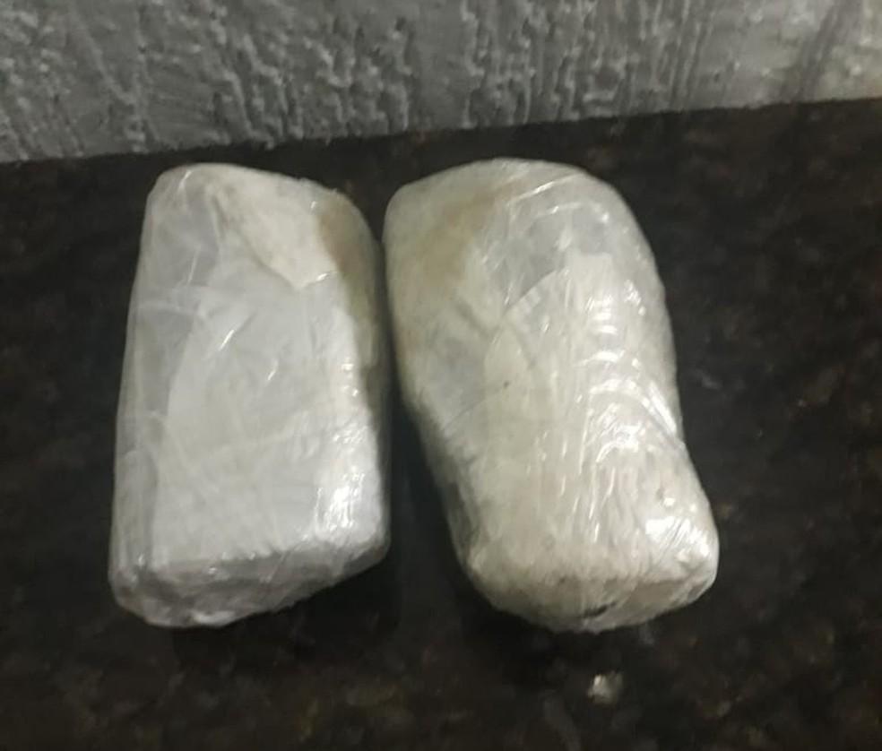 Droga foi encontrada com a mulher — Foto: PM/Divulgação