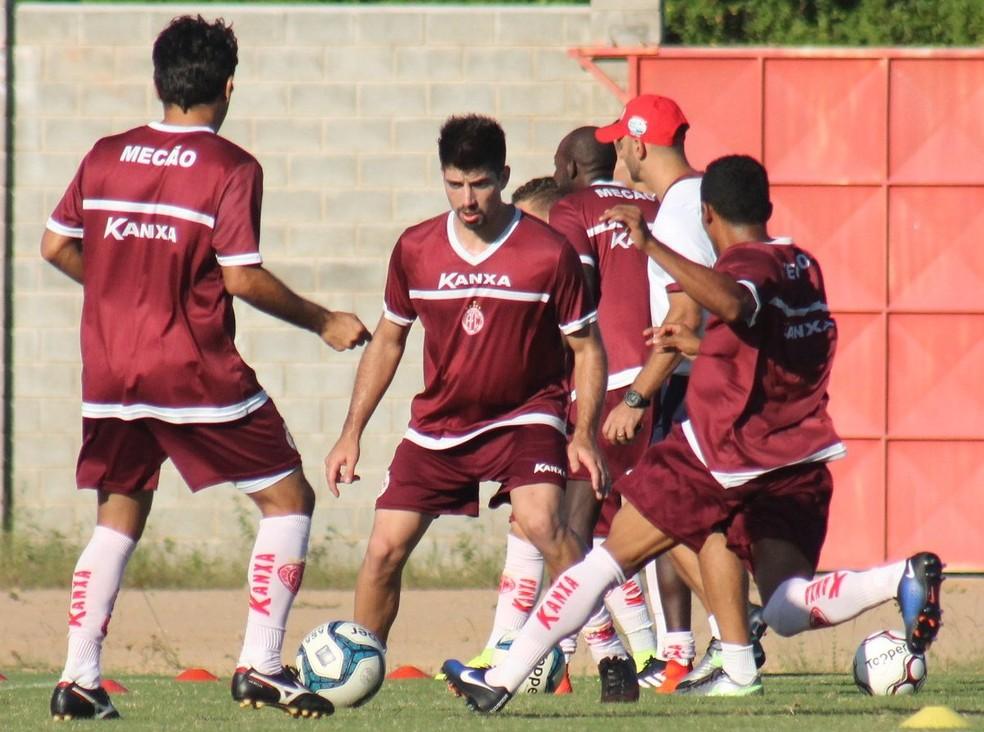 Robson, ao centro, pede atenção para jogo mais importante do ano para o América-RN (Foto: Canindé Pereira/ America FC)