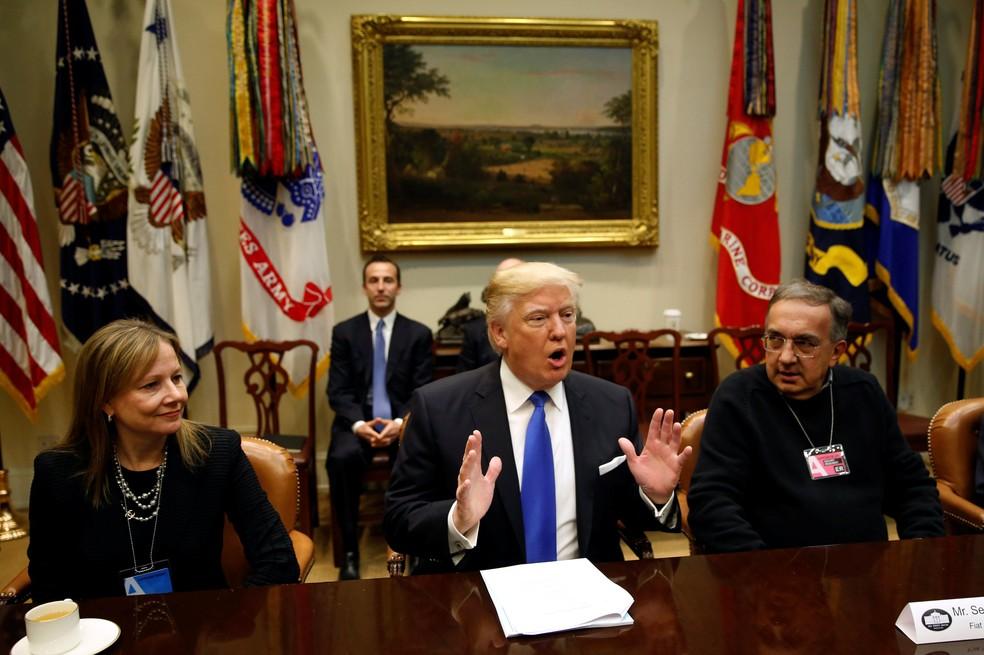 CEO da GM, Mary Barra (esq.), e da FCA, Sergio Marchionne (dir.), se reuniram com Trump em janeiro de 2016. Na época, presidente prometeu rever limites de emissão de poluentes dos carros no paí  (Foto: REUTERS/Kevin Lamarque)