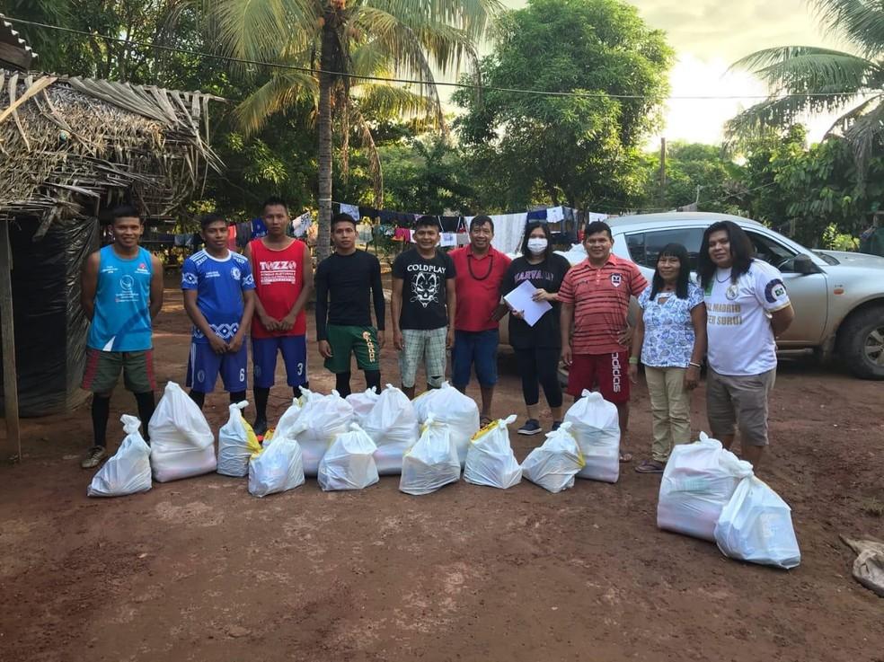Indígenas de Rondônia recebendo doações durante pandemia do novo coronavírus — Foto: Kanindé/Reprodução