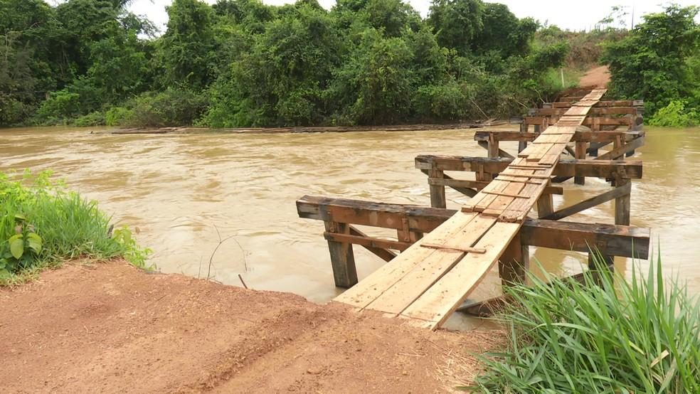 Ponte sobre o rio Branco está localizada na Linha C-65, a cerca de três quilômetros da cidade.  — Foto: Rede Amazônica/Reprodução