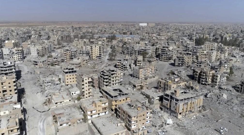 Imagem de Raqa feita dois dias depois de as Forças Democráticas Sírias terem anunciado que a operação para expulsar o Estado Islâmico havia acabao (Foto: Gabriel Chaim/AP)