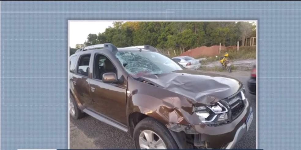 Carro invade ponto de ônibus, mata idosa e deixa duas crianças feridas, no sul da BA — Foto: Reprodução / TV Santa Cruz