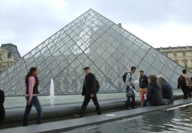 Imagem da emblemática pirâmide do museu Louvre, o mais visitado do mundo (Foto: Juana Benet/EFE)