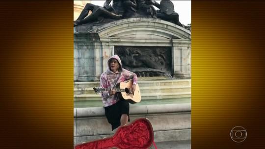 Justin Bieber homenageia namorada com serenata em Londres