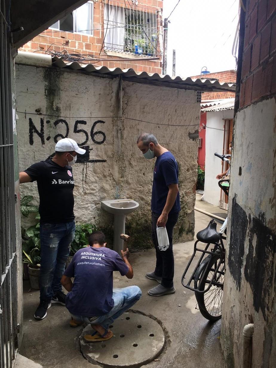 Pias são instaladas em comunidade do Recife para facilitar higienização contra coronavírus