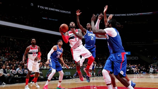 Wizards tiram 24 pontos de diferença, vencem os Clippers e espantam a crise