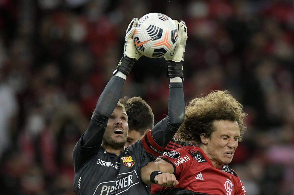David Luiz em ação contra o Barcelona: zagueiro fez boa estreia — Foto: Staff Images / Conmebol