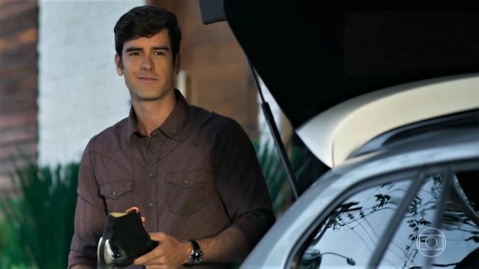 Felipe (Marcos Pitombo) insiste em devolver a bota de Shirlei (Sabrina Petraglia) - 'Haja Coração' — Foto: Globo