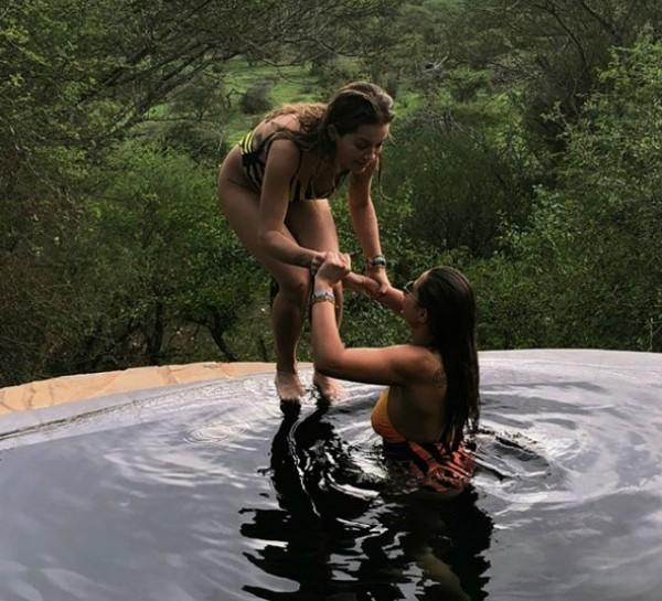 Rita Ora e sua amiga Anda Vlasaku (Foto: Reprodução Instagram)