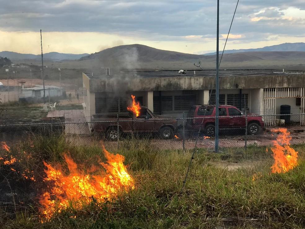 Espaço da guarda venezuelana é incendiado com coquetel molotov na fronteira — Foto: Alan Chaves/G1 RR