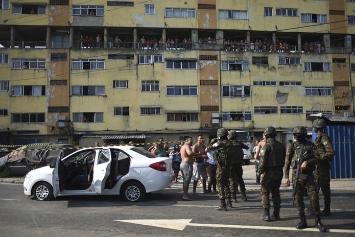 Resultado de imagem para ação do Exército que fuzilou carro com 80 tiros