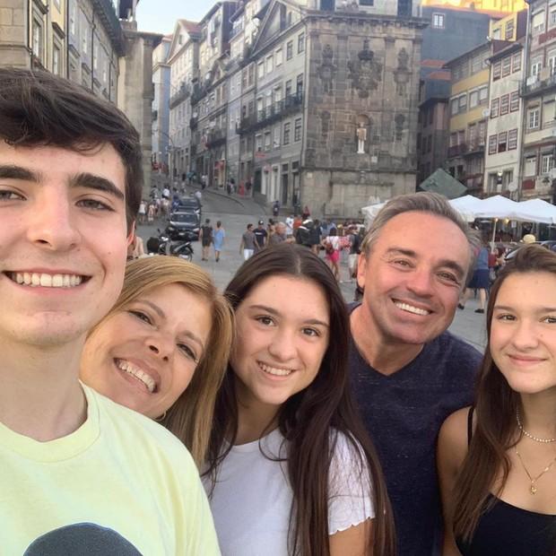 Gugu Liberato com a esposa e os filhos (Foto: Reprodução/Instagram)