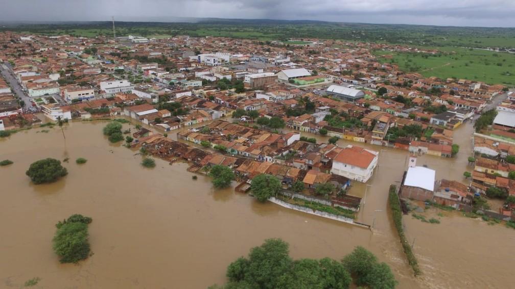 Imagem aérea de Coronel João de Sá após barragem de água transbordar em Pedro Alexandre — Foto: Studio Júnior Nascimento