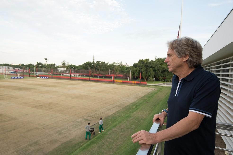 Jorge Jesus observa os campos do Ninho do Urubu — Foto: Alexandre Vidal / Flamengo