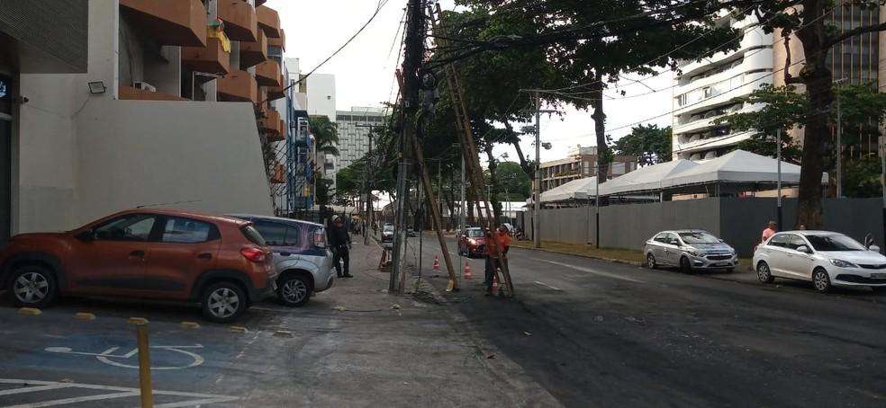 Técnicos fizeram troca de fios em Ondina, após ônibus ser queimado no bairro — Foto: Cid Vaz/TV Bahia