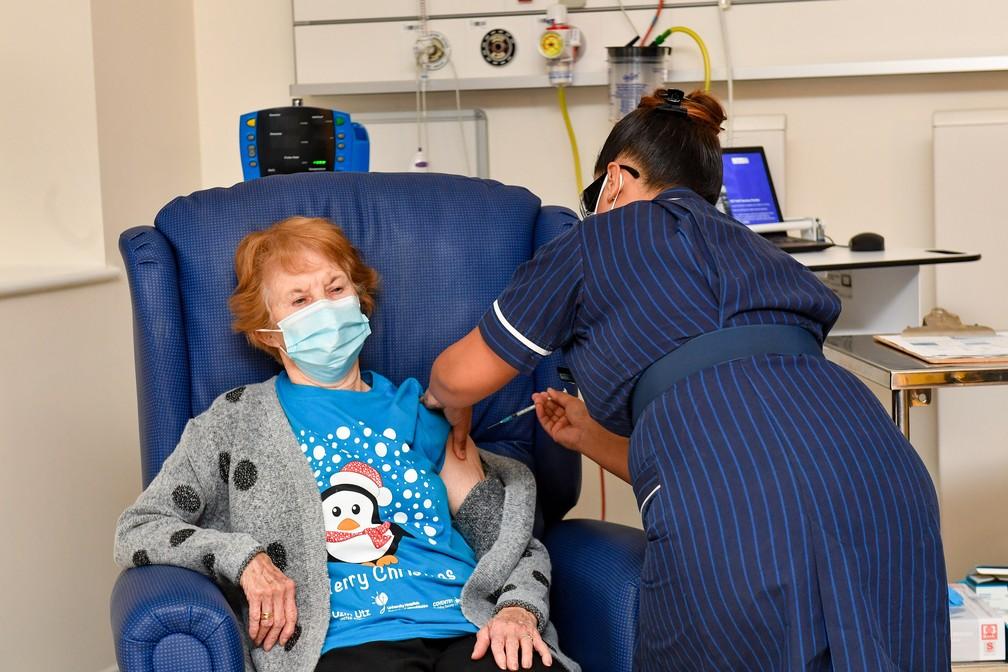 A britânica Margaret Keenan, de 90 anos, recebeu dose da vacina da Pfizer/BioNTech em um hospital de Coventry, na região central da Inglaterra — Foto: Jacob King/AFP