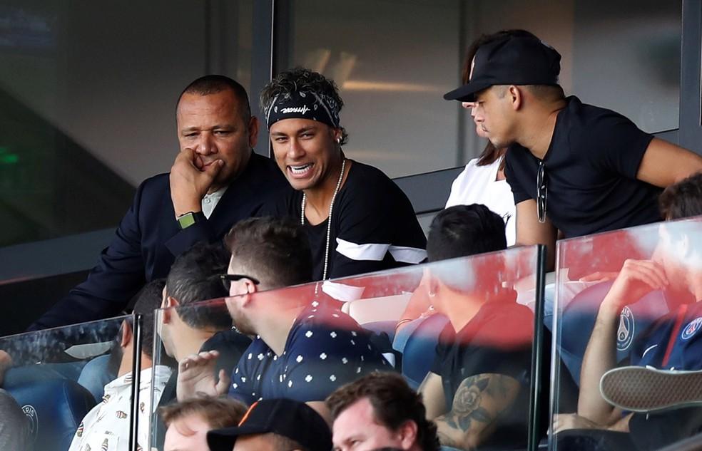 Neymar entre seu pai, mãe, encoberta, e parça no Parc des Princes durante PSG x Amiens (Foto: REUTERS/Christian Hartmann)