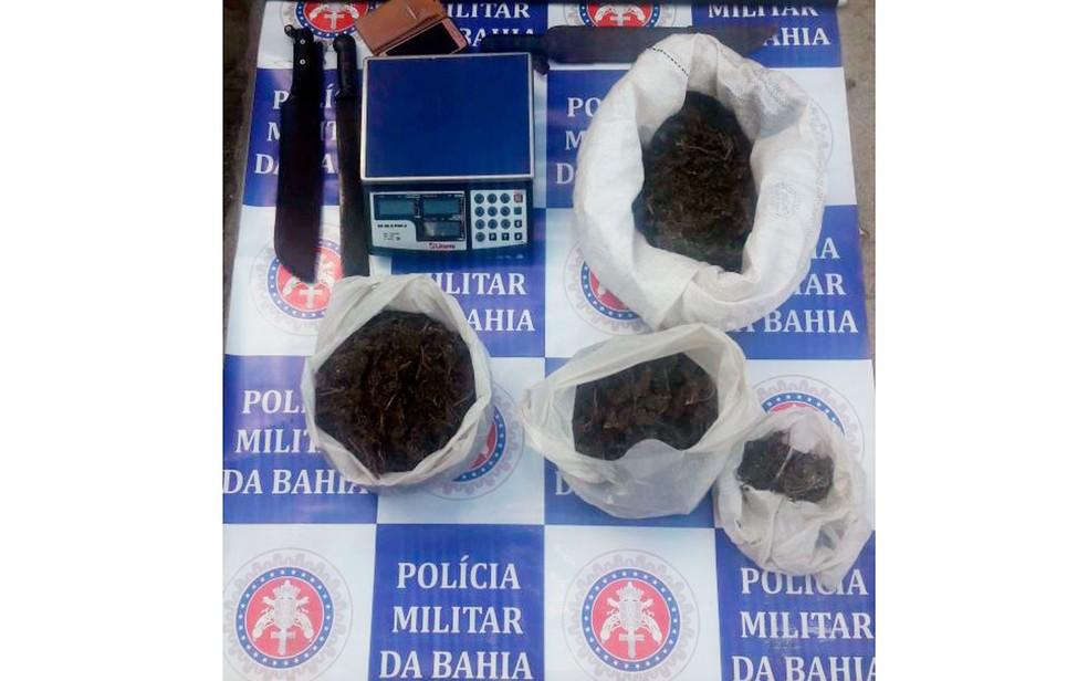 Sacos da droga e balança de precisão foram apreendidos (Foto: Polícia Militar/Divulgação)