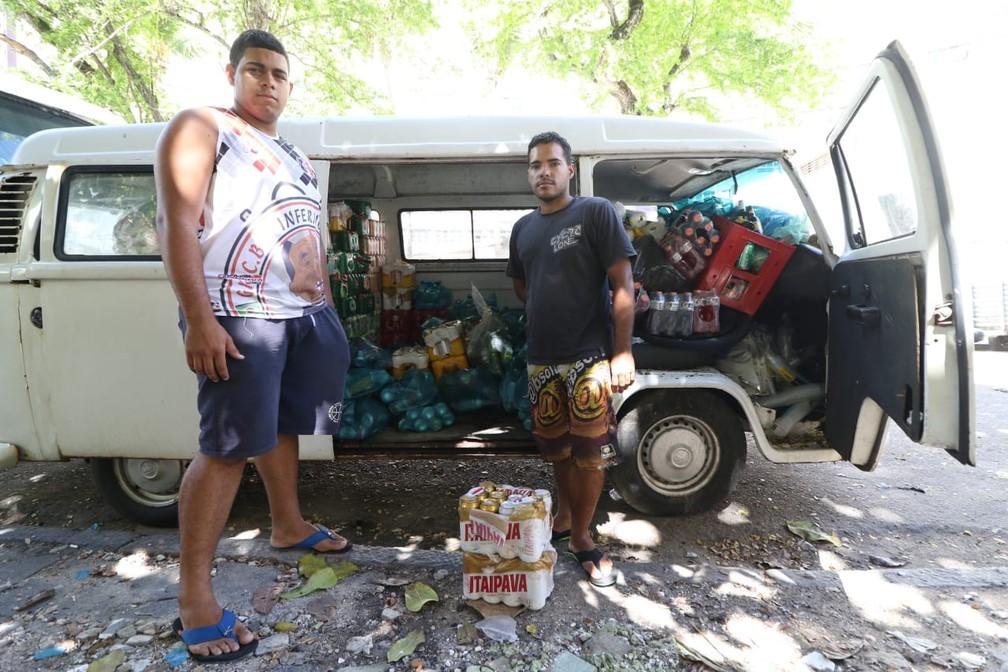 Mercadoria de depósito no térreo do Holiday foi transferida para Kombi  — Foto: Marlon Costa/Pernambuco Press