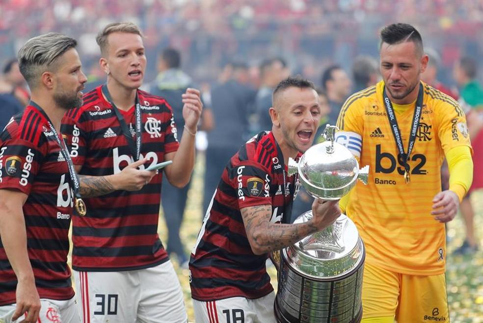 Rafinha comemora título da Libertadores — Foto: Antonio Lacerda/EFE