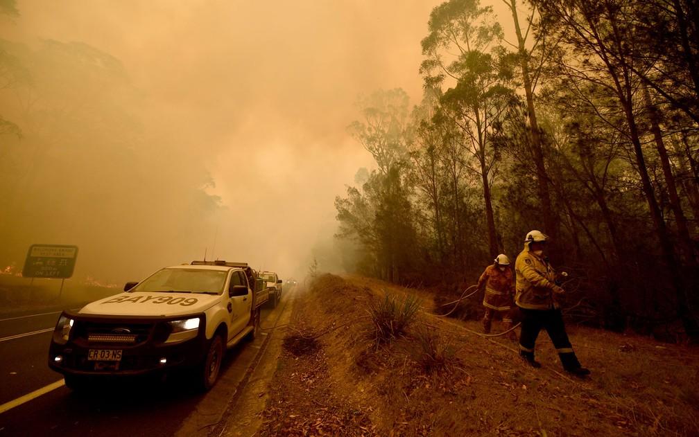 Bombeiros combatem fogo em Nova Gales do Sul — Foto: Peter Parks / AFP Photo