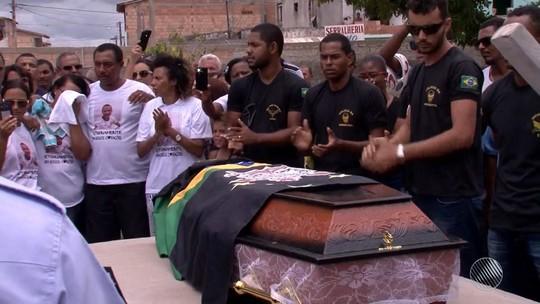 Jovens vítimas de chacina que deixou 8 mortos na Bahia são enterrados