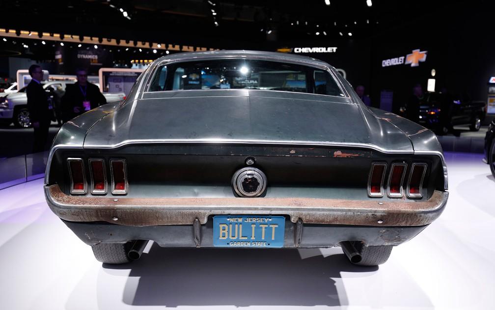 Mustang do filme 'Bullitt', que inspirou versão da atual geração, é exibido no Salão de Detroit (Foto: Bill Pugliano/AFP)
