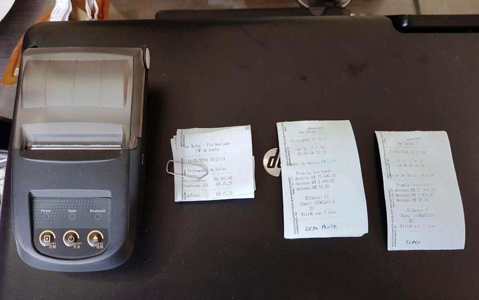 Máquinas e recibos de jogo do bicho foram achadas em imobiliária de Peruíbe, SP (Foto: G1 Santos)