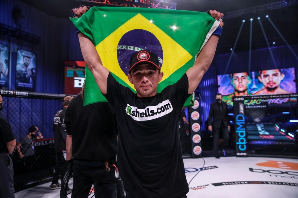 Leandro Higo festeja a vitória sobre Ricky Bandejas no Bellator 249 ? Foto: Divulgação