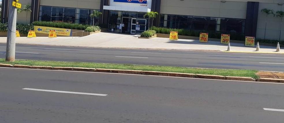 Supermercado sem movimento na manhã deste domingo em Araraquara — Foto: Fernanda Câmara/EPTV
