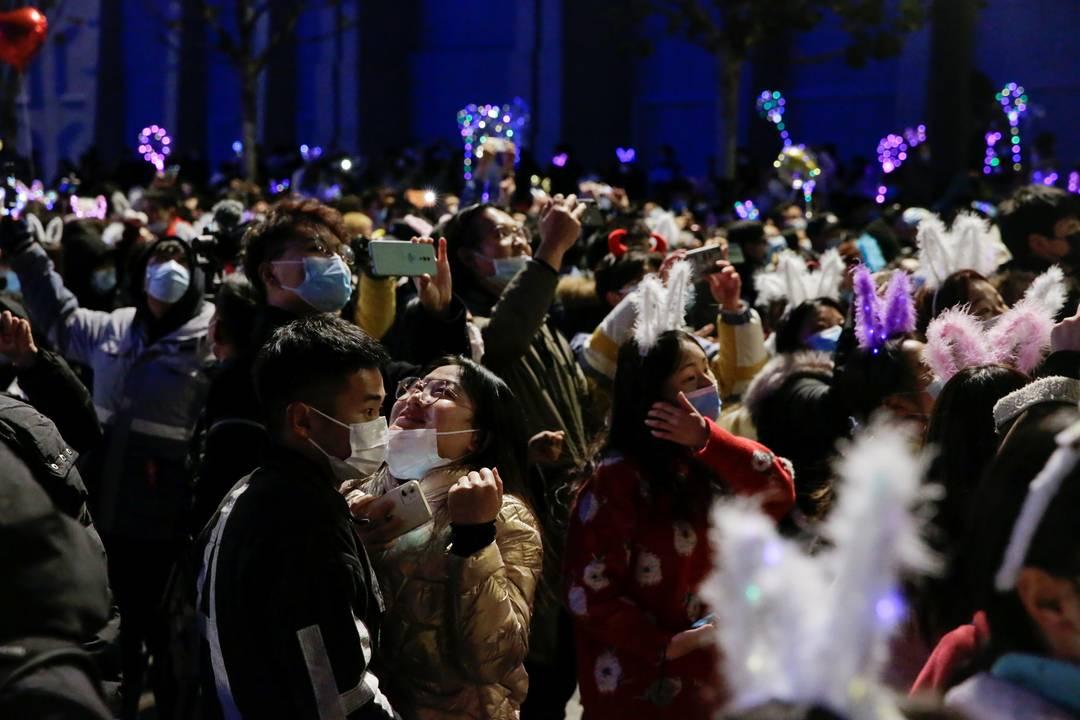 Em Wuhan, epicentro do coronavírus, pessoas celebram a chegada do Ano Novo
