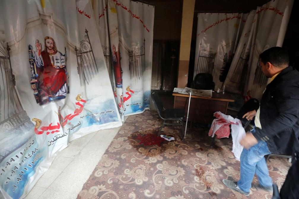 Chão ficou sujo de sangue após atirador atacar igreja copta em Helwan, no Cairo, nesta sexta-feira (29)  (Foto: Amr Abdallah Dalsh/ Reuters)