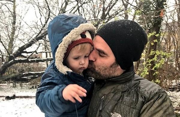 O ator Rob Delaney com o filho que morreu em janeiro de 2018 (Foto: Facebook)